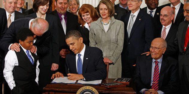 Le 23 mars 2010, Barack Obama signe l'Obamacare. Une réforme historique que Donald Trump ne parvient...