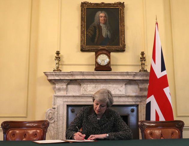Theresa May signe la lettre qui va déclencher le