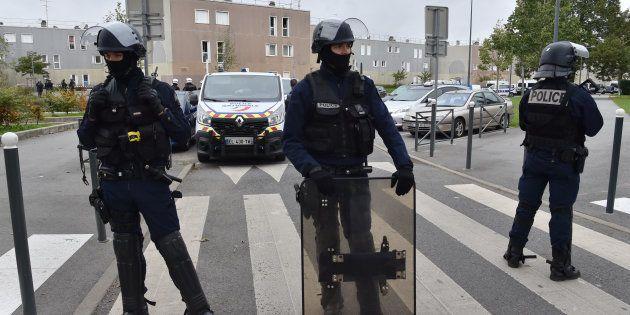 Des policiers devant la rue où ont été tués les deux frères à la Grande Borne, le 5