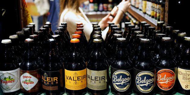 De la bière belge dans un magasin du centre de Bruxelles, le 25 novembre