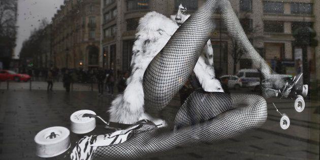 Une affiche de la nouvelle campagne publicitaire du couturier Yves-Saint-Laurent dans les rues de Paris le 6 mars 2017.
