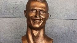 Quelque chose cloche sur cette statue de Cristiano