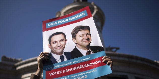 Une pancarte réclamant la fusion des candidatures de Benoît Hamon et Jean-Luc