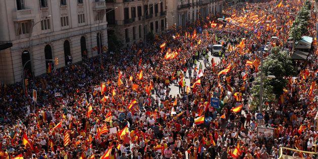Catalogne: Des centaines de milliers d'anti-indépendance à Barcelone, Rajoy menace de suspendre