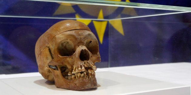Un crâne humain d'un Herero, exposé lors d'une cérémonie à Berlin le 30 septembre 2011. REUTERS/Tobias...