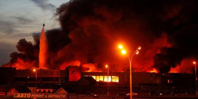Les images impressionnantes d'un centre commercial en feu à