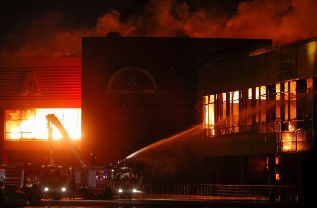 Les images impressionnantes d'un centre commercial ravagé par les flammes à