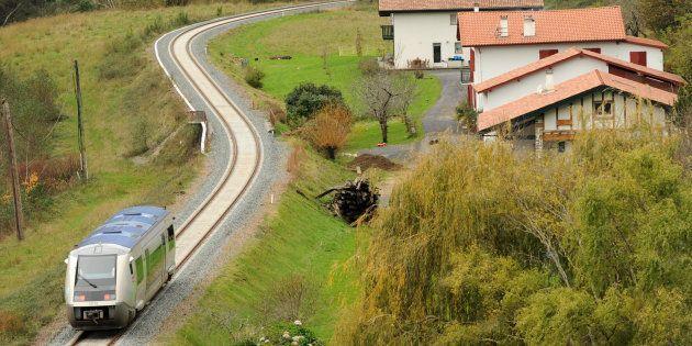 Un TER Aquitaine à Itxassou, sur la ligne entre Bayonne et Saint-Jean-Pied-De-Port, dans le sud-ouest...