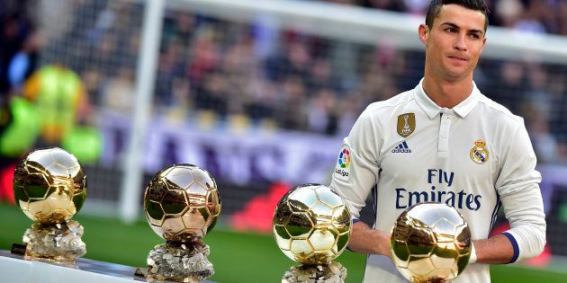 Cristiano Ronaldo devant ses quatre Ballon d'Or gagnés (2008, 2013, 2014, 2016). Qui sera son successeur