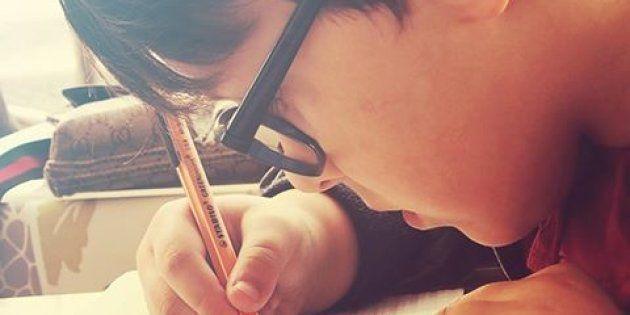 Un enfant fait ses devoirs seuls (Illustration)