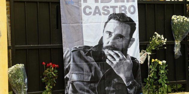 Des fleurs et un portrait de Fidel Castro devant l'ambassade cubaine à Hanoi