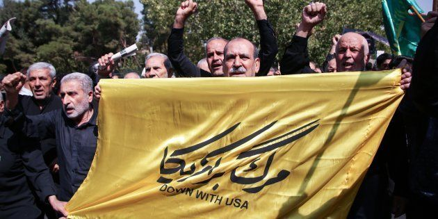Le 22 septembre 2017 à Téhéran, des manifestants brandissent des bannières et crient des slogans anti-américains...