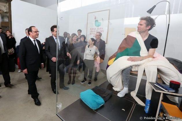 Hollande rend visite à AbrahamPoincheval qui couve des œufs en direct au Palais de