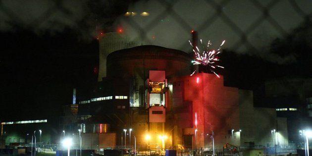 Greenpeace tire des feux d'artifice en direct d'une centrale