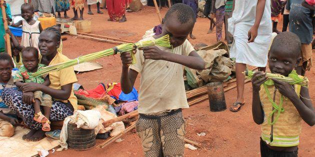 Des enfants soudanais jouent avec des armes factives, ans un camp de réfugié à Wau, au Sud Soudan le...