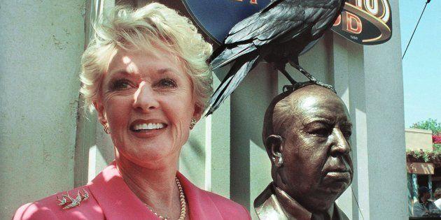 L'ancienne actrice Tippi Hedren, à côté de la statue de bronze d'Alfred Hitchcock aux Studios Universal...