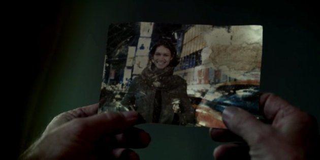 La fameuse photo entre les mains du père de Dolores dans la saison 1