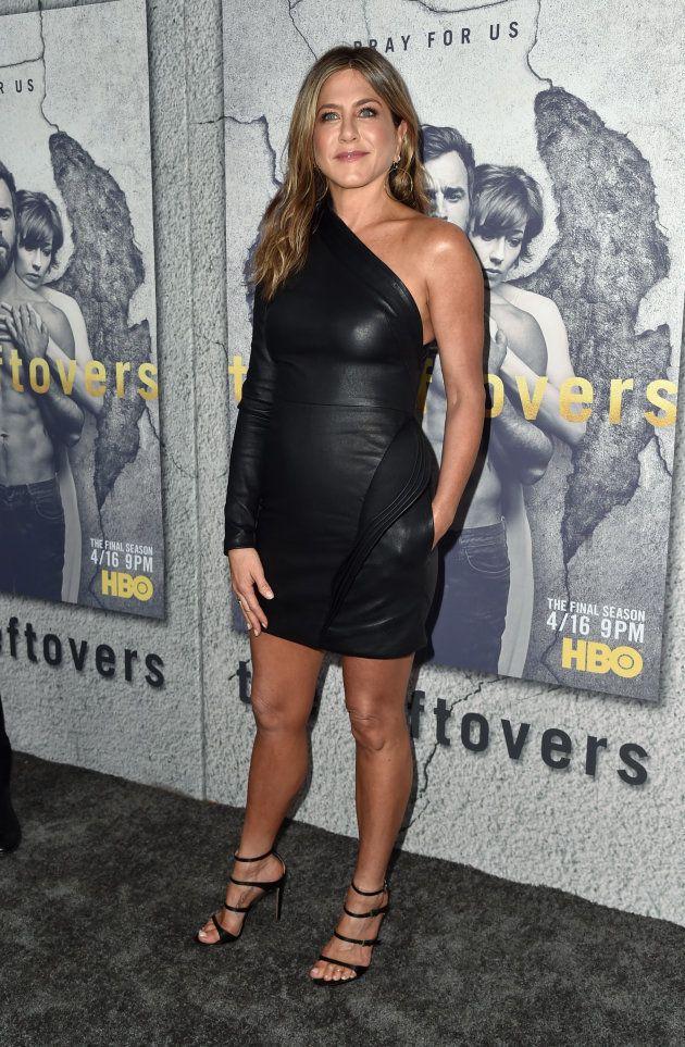 Jennifer Aniston portait une robe en cuir noire asymétrique lors de la première de