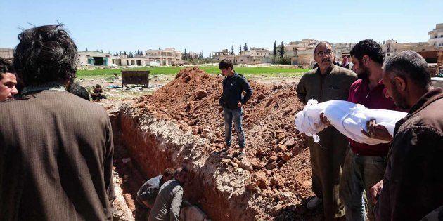 Des victimes de l'attaque aux armes chimiques qui a fait 86 morts près de la ville de Khan Cheikhoun...