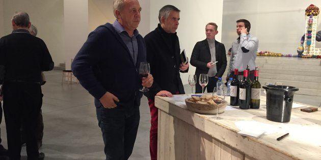 Stéphane Derenoncourt fait déguster les vins qu'il
