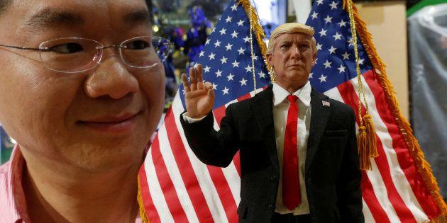 Howard Cheung, PDG de DID Corporation, pose à côté d'une figurine de Donald Trump, à Hong