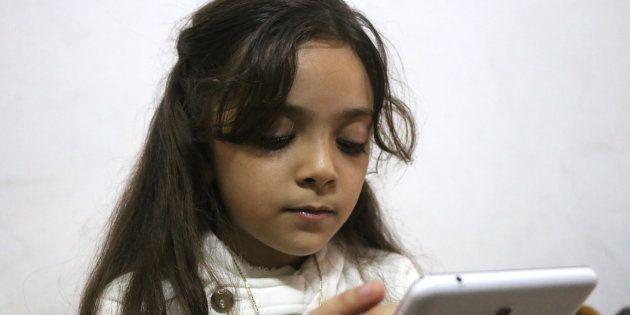 Bana Alabed, qui partageait son quotidien à Alep - ici le 12 octobre 2016 - rassure ses followers en...