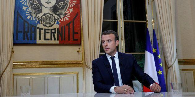 Emmanuel Macron dans son bureau à l'Elysée, avant la première grande interview télévisée de son