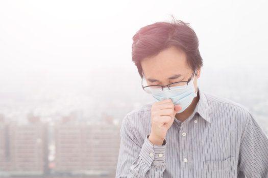 l'homme porte des masques avec la pollution de l'air,