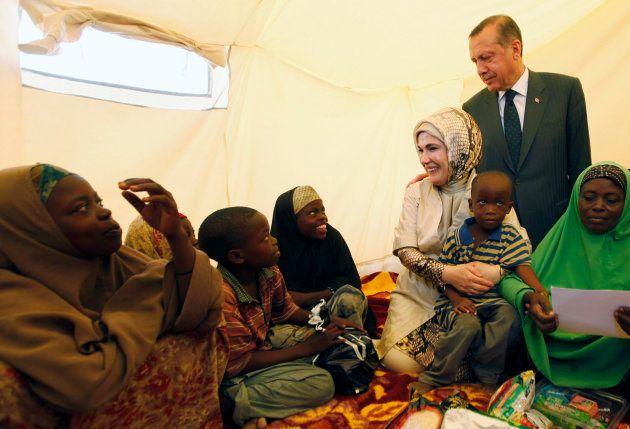 Le Premier ministre turc Recep Tayyip Erdogan et sa femme Emine Erdogan dans un camp de réfugiés à Mogadiscio...