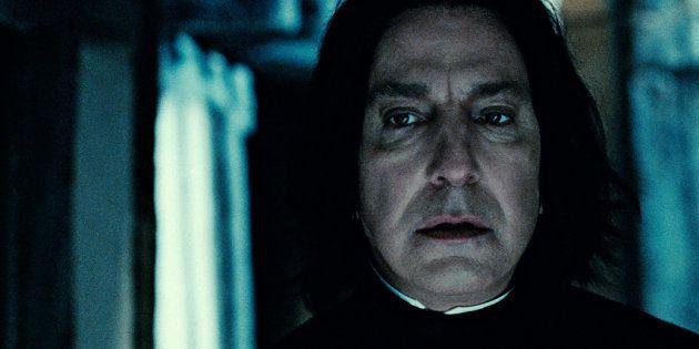 Severus Rogue, incarné par Alan Rickman, décède dans le dernier volet de la