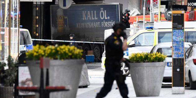 Les secours s'activent près de la scène de l'attaque au camion, dans le centre de Stockholm, le 7