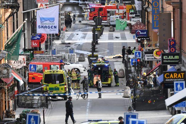Les secours sur la scène de l'attaque au camion à Stockholm, le 7