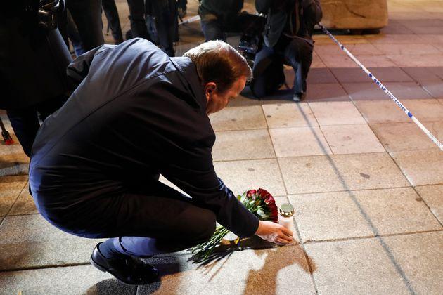 Le Premier ministre suédois dépose des fleurs et une bougie sur les lieux de l'attaque à Stockholm, le...