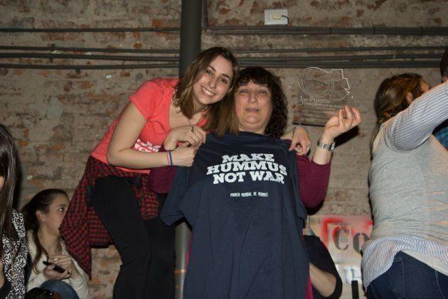 """Myriam Kabbara à droite, avec le tee-shirt """"Faites du hummus, pas la guerre""""."""