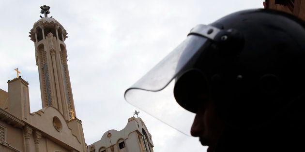 Un membre des forces de l'ordre égyptiennes, devant l'église Saint-Marc d'Alexandrie, en janvier 2011,...