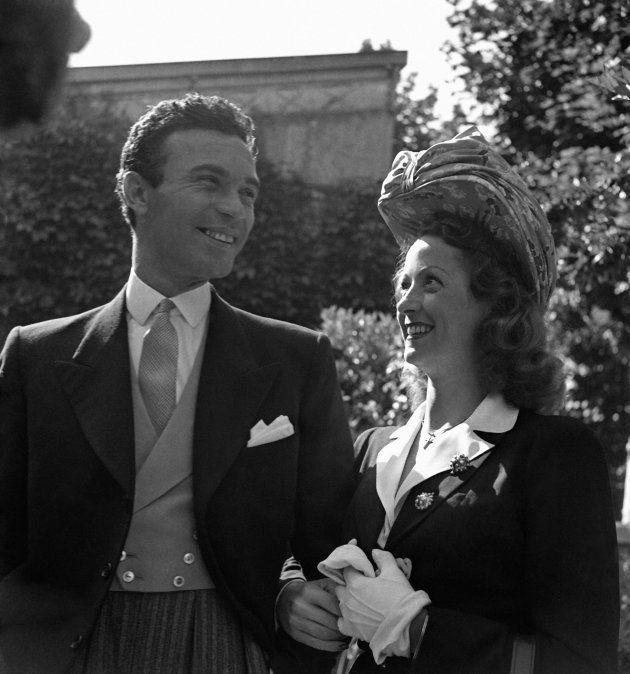 En 1942, l'actrice se marie avec Porfirio Rubirosa, ambassadeur de la République dominicaine, à la mairie...