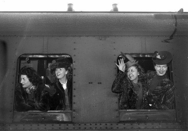 Aux fenêtres du train de la honte, parti de la Gare de l'Est en 1942, on trouve de gauche à droite les...