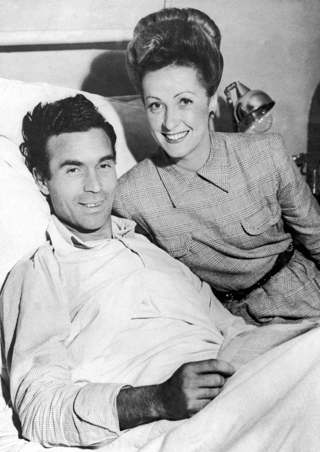 Danielle Darrieux au chevet de Rubirosa en 1942, après un accident de la