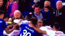 Ce supporter d'Everton participe à une bagarre générale... avec son fils dans ses