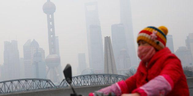 Une femme porte un masque antipollution à Shanghai, en janvier (Image d'illustration).