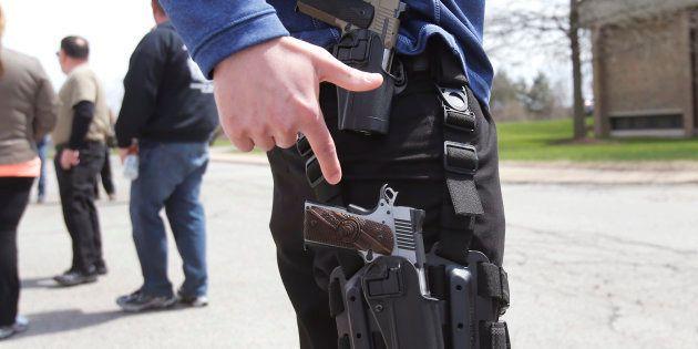 Un défenseur du droit à porter une arme lors d'une manifestation dans le Michigan, en