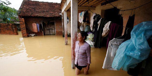 Une fermière devant sa maison ravagée par une dépression tropicale à Hanoi, au Vietnam, le 13 octobre