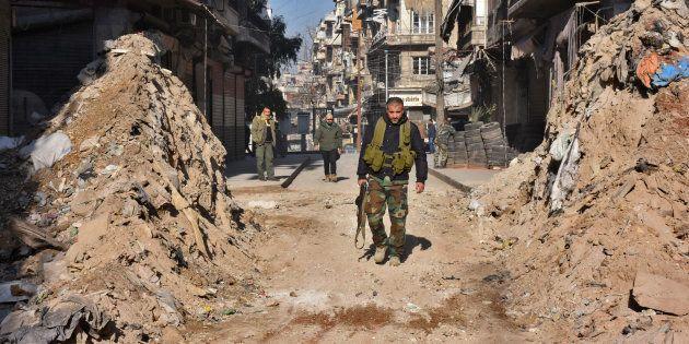 Grâce à ses récents succès, dont la reprise d'Alep - ici le 9 décembre - Bachar al-Assad remet la main...