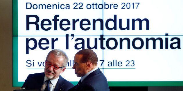 Silvio Berlusconi et le président de la Lombardie Roberto Maroni lors d'une conférence pour le