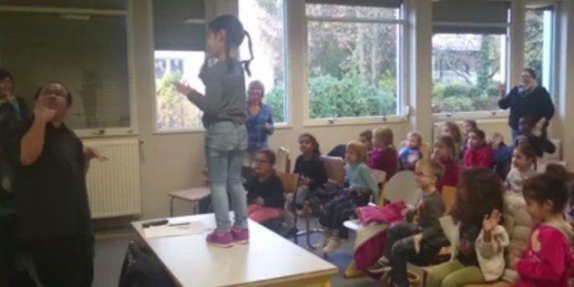 Albert Tabaot, à gauche, enseigne la langue des signes à des enfants en troisième année de maternelle...