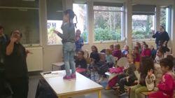 Il enseigne la langue des signes en maternelle et les enfants