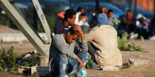 Des migrants attendant une distribution de nourriture à Calais le 23 août