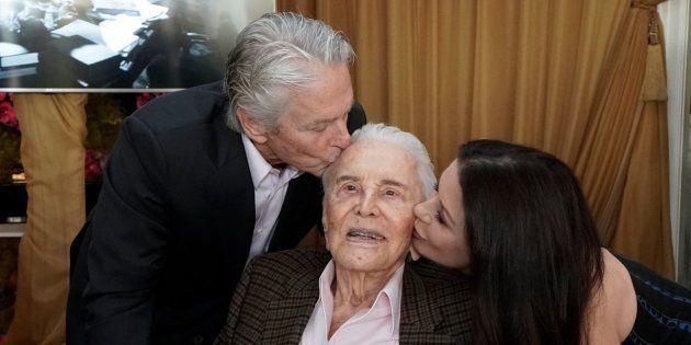 Kirk Douglas, entouré de son fils Michael et de sa belle-fille, Catherine