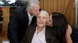 Michael Douglas poste les photos des 100 ans de son père Kirk (et le secret de sa