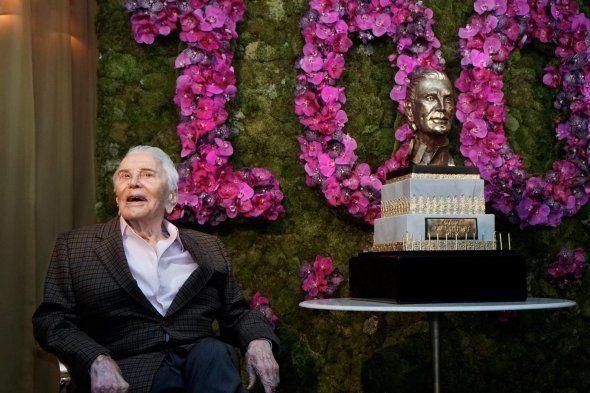 Michael Douglas poste les photos des 100 ans de son père Kirk Douglas (et le secret de sa